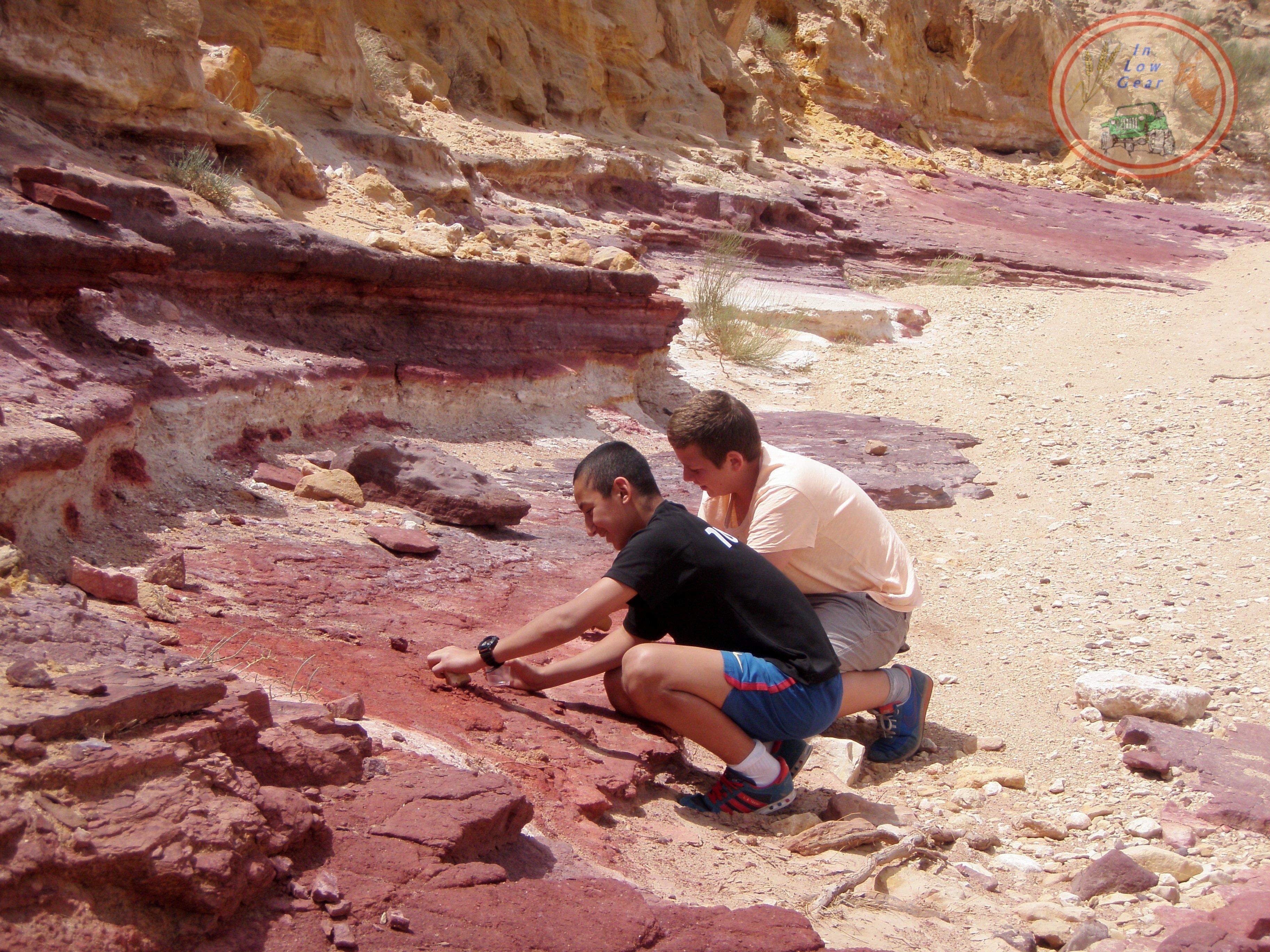 Machtesh Chatira colored sand. חולות צבעוניים במכתש חתירה הגדול